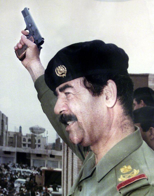 Saddam Hussein tenant un pistolet | Reuters