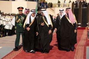 Le roi Salman d'Arabie saoudite et son entourage arrivent pour saluer le président Barack Obama et la Première Dame Michelle Obama à l'aéroport international King Khalid, à Riyad, le 27 janvier 2015. (Photo officielle de la Maison-Blanche par Pete Souza)