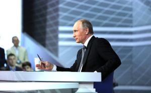 Le président russe Vladimir Poutine répond à des questions de citoyens russes lors de sa séance annuelle de questions réponses le 14 avril 2016. (Photo du gouvernement russe)