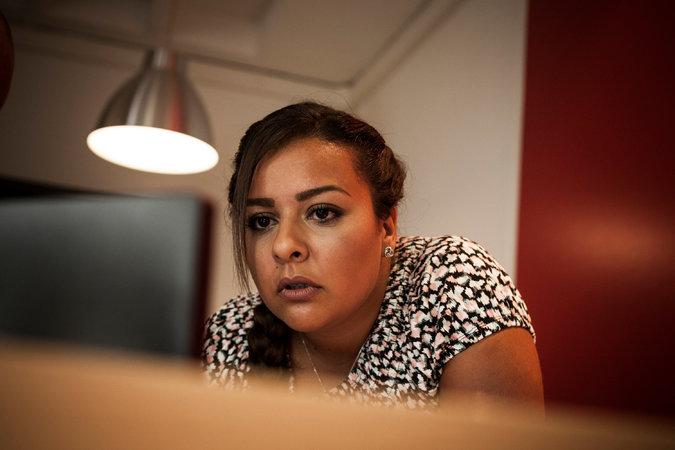Mira Hassine, 27 ans, habite Orléans et est responsable administrative dans une entreprise du bâtiment. Credit Ed Alcock pour le New York Times