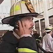 Le chef de bataillon Joseph Pfeifer travaille à un poste de contrôle dans le hall d'accueil de la tour nord, sur cette photo du documentaire de CBS sur le 11 septembre. Les ascenseurs de l'arrière n'avaient pas été vérifiés. CBS