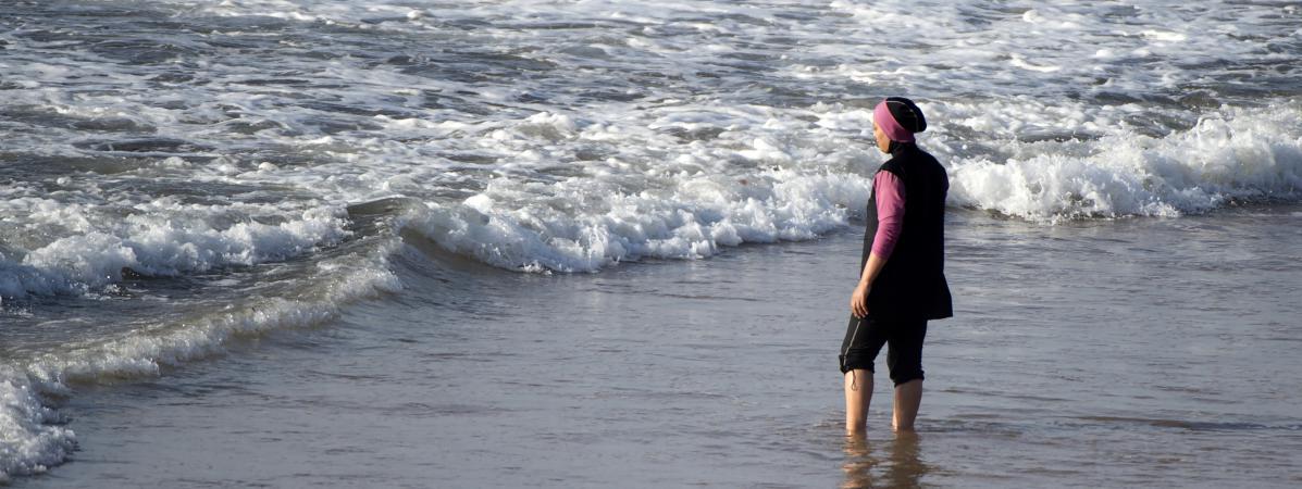 Une femme en burkini, sur une plage près de Rabat (Maroc), le 17 août 2016. (FADEL SENNA / AFP)