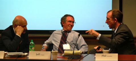 De la SAIC/Leidos, Jeffrey Cooper (au milieu), membre fondateur du Highlands Forum du Pentagone, écoutant Phil Venables (à droite), associé principal de Goldman Sachs, lors de la séance de 2010 du Forum sur la cyber dissuasion au CSIS