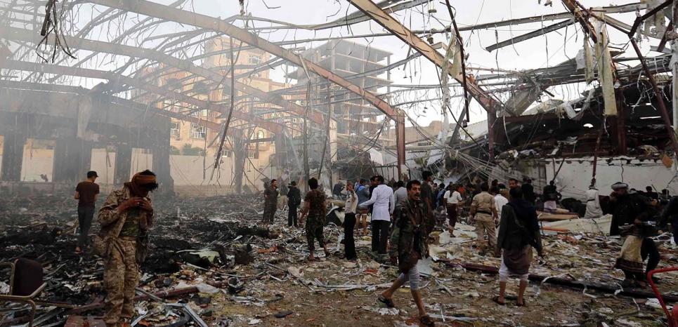 Des frappes aériennes de l'Arabie saoudite ont touché une grande cérémonie funéraire dans la capitale yéménite Sanaa, le 8 octobre 2016, faisant 140 morts et 525 blessés. (Osamah Abdulrhman/AP/SIPA)