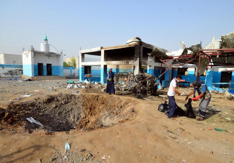 Des travailleurs ramassent des restes humains dans un hôpital dirigé par Médecins Sans Frontières après une frappe aérienne, mardi, au Yémen. Abduljabbar Zeyad/Reuters