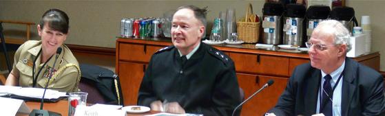 Le général Keith Alexander (au milieu), qui a servi en tant que directeur de la NSA, chef du Central Security Service de 2005 à 2014, et chef de l'US Cyber Command de 2010 à 2014, à la réunion du Highlands Forum de 2010 sur la cyber-dissuasion