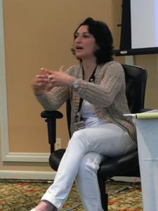 La Docteur Amy Zalman, une ancienne stratégiste de la SAIC, est la PDG de la World Futures Society, ainsi qu'une conseillère déléguée de longue date du Forum Highlands du Pentagone pour le gouvernement américain, spécialiste des communications stratégiques au sein de la guerre irrégulière