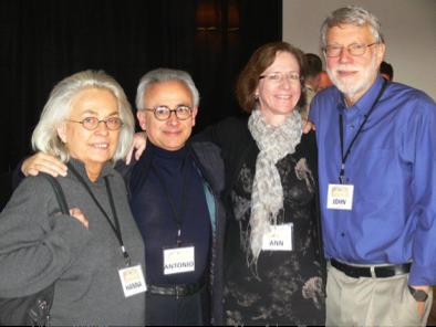 Représentants du Pentagone au 46ème Forum Highlands en décembre 2011, de droite à gauche : John Seely Brown, responsable scientifique et directeur au Xerox PARC de 1990 à 2002 et un des premiers dirigeants de In-Q-Tel ; Ann Pendleton-Jullian, co-auteur avec Brown d'un manuscrit, Design Unbound ; Antonio et Hanna Damasio, neurologue et neurobiologiste faisant partie d'un projet de propagande financé par le DARPA
