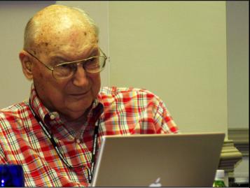Andrew Marshall, maintenant retraité de la direction du bureau de surveillance des réseaux du DoD et vice-président du Forum Highlands, lors d'une session du Forum en 2008