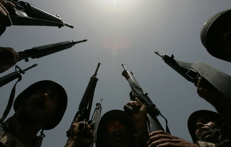 Soldats irakiens après réception de nouvelles armes des forces américaines, à Bagdad, mai 2007. Ceerwan Aziz-Pool/Getty Images