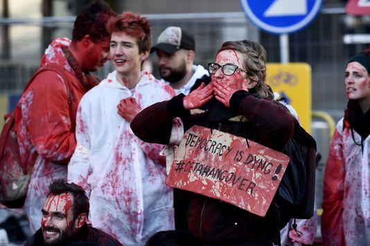 Des manifestants devant le siège du Conseil de l'UE à Bruxelles, lors de la signature du CETA, le 30 octobre. JOHN THYS / AFP