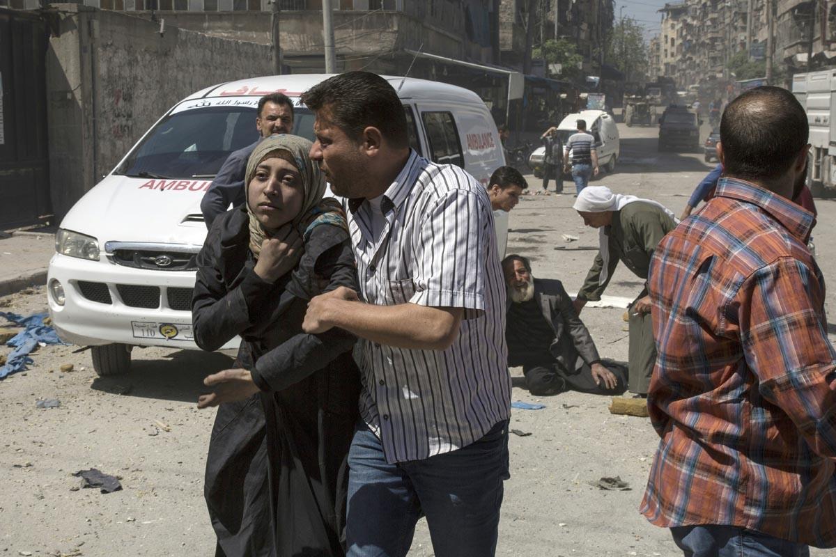 Des habitants d'Alep en état de choc après un raid aérien, le 23 avril 2016 (AFP / Karam Al-masri)
