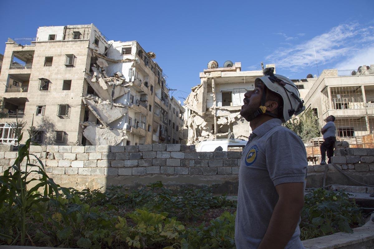 Un sauveteur dans Alep après un raid aérien du régime, le 23 septembre 2016 (AFP / Karam Al-masri)
