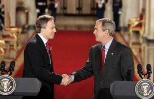 Le premier ministre britannique Tony Blair et le président des États-Unis George W. Bush se serrent la main après une conférence de presse commune à la Maison-Blanche, le 12 novembre 2004. (Photo de la Maison-Blanche)