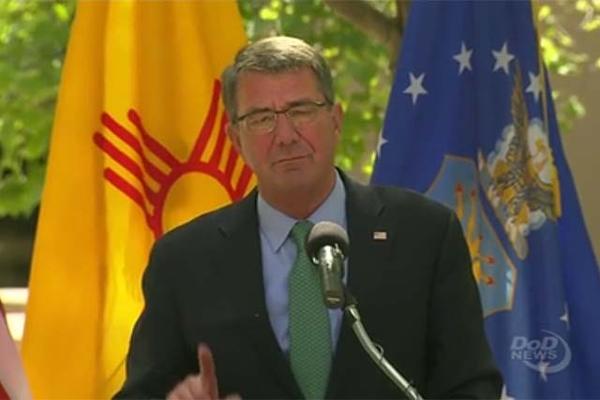 Le Secrétaire à la Défense Ash Carter s'adresse aux troupes sur la base Kirtland de l'Air Force, au Nouveau Mexique, le 27 septembre 2016. (Image : Département de la Défense des États-Unis)