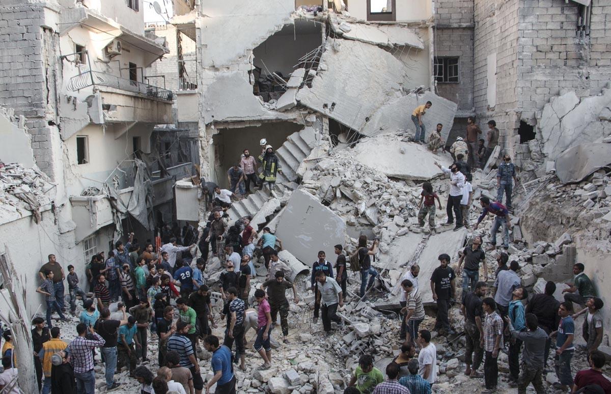Après un raid aérien contre un quartier rebelle d'Alep, le 20 mai 2015 (AFP / Karam Al-masri)