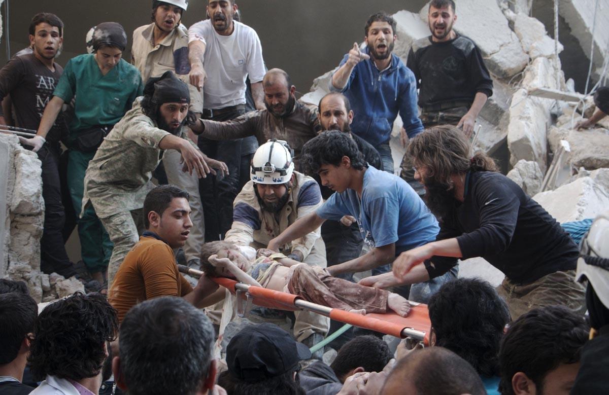 Un enfant est évacué après une attaque aux barils d'explosifs contre un quartier rebelle d'Alep, le 30 mai 2015 (AFP / Karam Al-masri)
