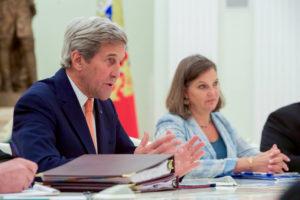 Le secrétaire d'État états-unien John Kerry, avec, à ses côtés, la secrétaire d'État adjointe pour les affaires européennes et eurasiennes, Victoria « Toria » Nuland, s'adresse au président Poutine dans une salle de réunion du Kremlin à Moscou, au début d'une rencontre bilatérale le 14 juillet 2016. (Photo du Département d'État)