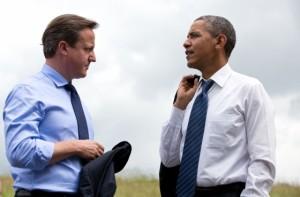 Le président Barack Obama et le Premier ministre britannique David Cameron s'entretiennent lors du G8 à Lough Erne, en Irlande du Nord, le 17 juin 2013. (Photo officielle de la Maison-Blanche par Peter Souza)