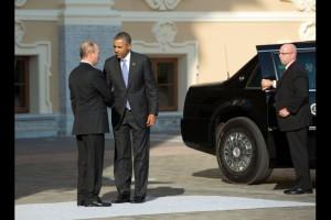 Pendant la crise syrienne, le président Vladimir Poutine de Russie accueille le président Barack Obama lors du Sommet du G20 au Palais Constantinovski à Saint Pétersbourg, le 5 septembre 2013. (Photo officielle de la Maison-Blanche, par Pete Souza)
