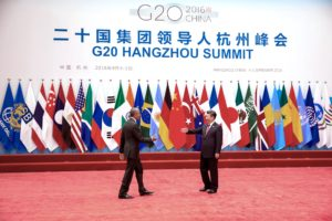 Le président chinois Xi Jinping reçoit le président Barack Obama à son arrivée pour le sommet du G20 au Centre de l'Exposition Internationale de Hangzhou, en Chine, le 4 septembre 2016. (Photo Officielle de la Maison-Blanche par Pete Souza)