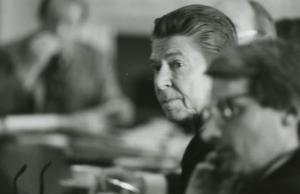 Le Président Ronald Reagan avec le Directeur au budget David Stockman. (Crédit photo: Reagan Library)