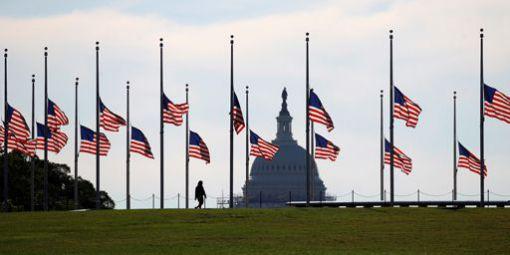 Drapeaux américains en berne à Washington le 13 juin 2016 après la tuerie d'Orlando.© REUTERS - Kevin Lamarque