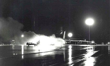 A Grand Forks, Nord Dakota, en septembre 1980, un bombardier B-52, chargé de 12 bombes à hydrogène avec leurs têtes nucléaires, a pris feu. Il s'est consumé durant deux heures, alimenté par une pompe à carburant. Seuls des vents forts ont pu éteindre les flammes, et un pompier grimpant sur l'avion en feu a pu couper le circuit, évitant le désastre.
