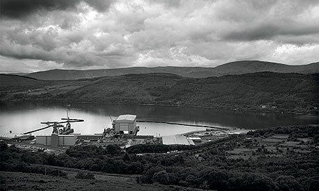La base navale de Faslane, sur la Clyde. L'Écosse accueille les sous-marins anglais de type Trident et attire la plus forte opposition, avec le leader du SNP Alex Salmond visant à les supprimer si l'Écosse gagne son indépendance. Ceci pourrait être désastreux pour la force de dissuasion anglaise : construire une nouvelle base prendrait des années et coûterait des milliards. Photo: Murdo MacLeod.