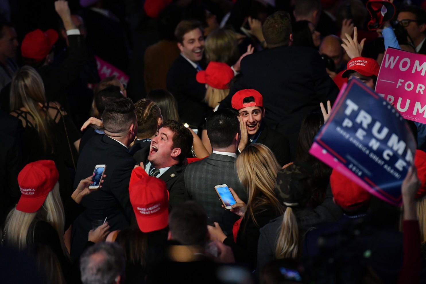 Des partisans du candidat républicain Donald Trump applaudissent lors de la soirée électorale du 8 novembre 2016, à New York. (Ricky Carioti - The Washington Post)