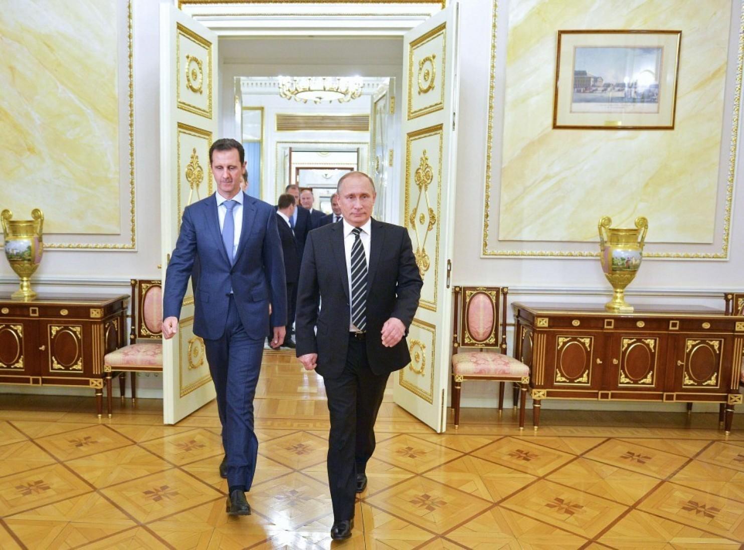 Le président russe Vladimir Poutine marche avec son homologue syrien, Bachar al-Assad, lors de son arrivée à une réunion au Kremlin, à Moscou, le 21 octobre 2015. (Photo d'Alexey Druzhinin par AFP/Getty Images)