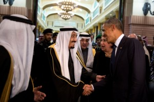 Le roi saoudien Salman fait ses adieux au président Barack Obama à l'Erga Palace après une visite d'État en Arabie saoudite, le 27 janvier 2015. (Photo officielle de la Maison-Blanche par Pete Souza)