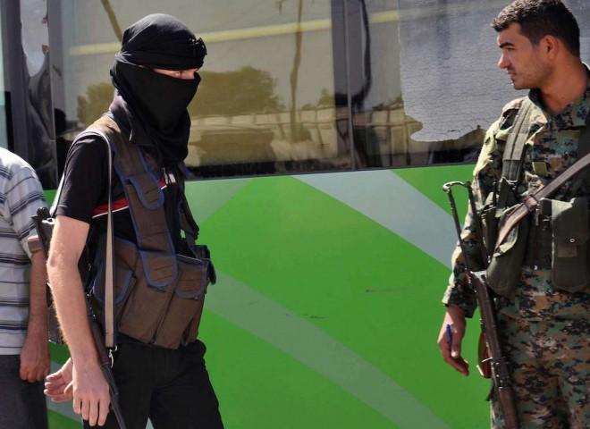 Un rebelle syrien et un soldat du gouvernement, à droite, en septembre 2016. - AP/SIPA