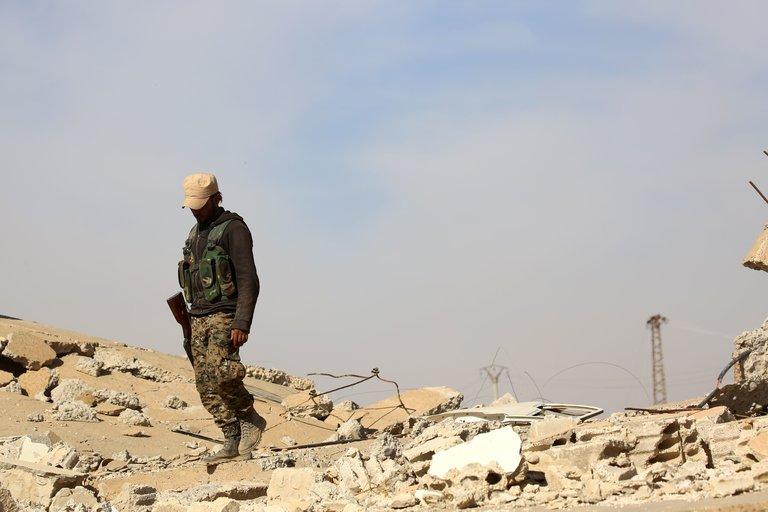 Un membre des forces démocratiques syriennes, une alliance arabo-kurde soutenue par les États-Unis. Credit Delil Souleiman/Agence France-Presse — Getty Images
