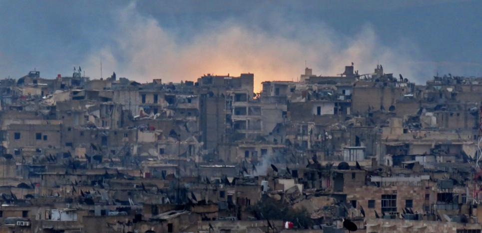Le quartier al-Zabdiya (sud-est d'Alep) pilonné par les frappes du régime, mercredi 14 décembre. (STRINGER/AFP)