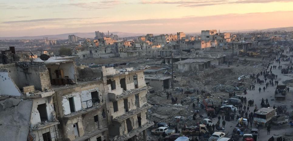 Des civils attendent leur évacuation dans Alep-Est, le 19 décembre. (Mamun Ebu Ömer / Anadolu Agency)