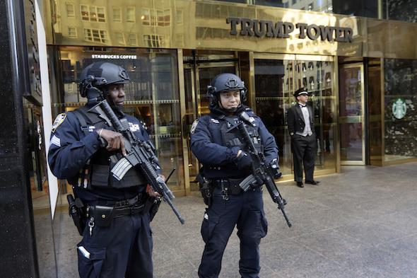 Des policiers de New York gardent la Trump Tower, la résidence du président élu Donald Trump à Manahattan. (Richard Drew / AP)