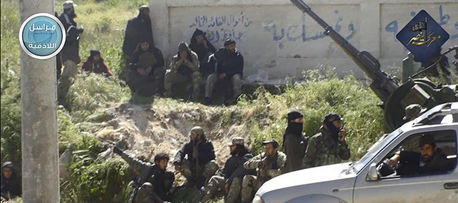 Cette photo de 2015 postée sur la page Twitter de Jabhat al-Nosra, un affilié à al-Qaïda en Syrie, montre les combattants d'al-Nosra dans la province d'Idlib ou les États-Unis ont commencé à bombarder les dirigeants du groupe. (AP)