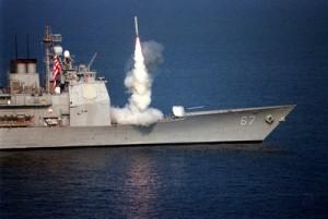 Un missile de croisière Tomahawk lancé depuis le USS Shiloh contre des cibles de défense anti-aérienne en Irak, le 3 septembre 1996, dans le cadre de l'opération Desert Strike, un engagement militaire américain limité contre les forces gouvernementales d'Irak, similaire à ce que l'on observe aujourd'hui en Syrie. (Photo DOD)