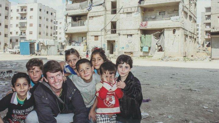© Pierre Le Corf | Pierre Le Corf, à Alep en Syrie, avec des enfants Syriens :