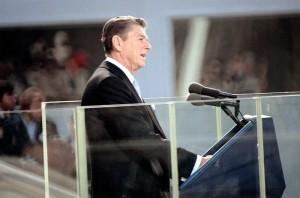 Le président Ronald Reagan prononce son discours inaugural le 20 janvier 1981, tandis que les 52 otages américains en Iran sont relâchés au même moment.