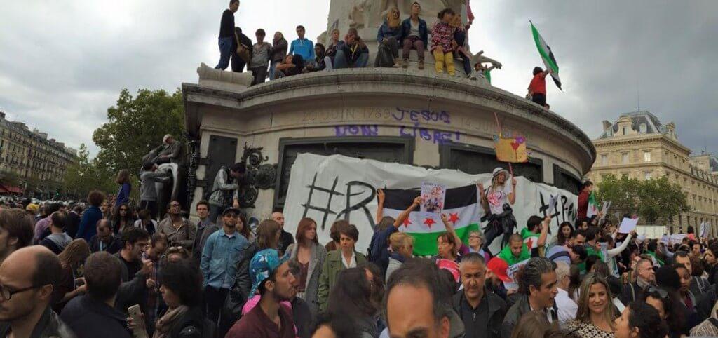 Paris le 5 septembre 2015, les manifestants anti-Assad arborent le drapeau portant trois étoiles, emblème des groupes armés *(Photo FB)