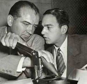 L'avocat Roy Cohn (à droite) avec le sénateur Joseph McCarthy.