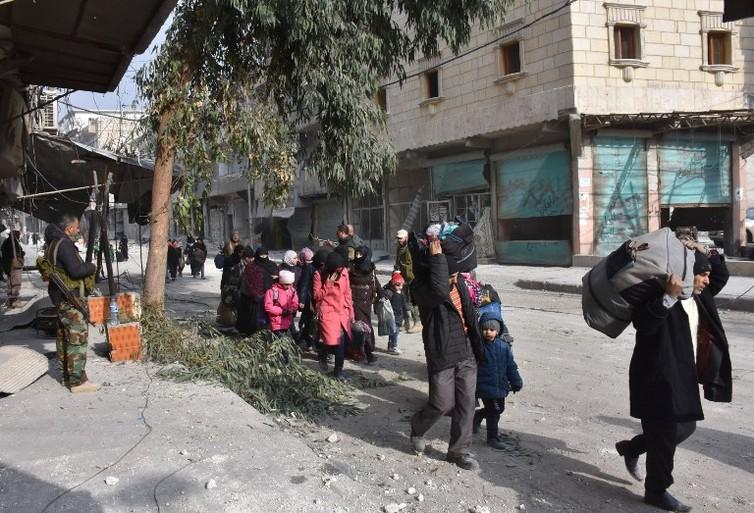 Les populations civiles fuient les combats à Alep, le 12 décembre 2016. George Ourfalian/AFP