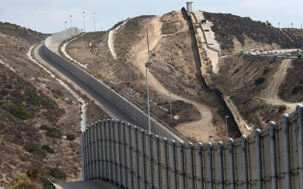 Photo: Sur les 3145 kilomètres de frontière entre le Mexique et les Etats-Unis, un tiers est déjà protégé par un mur, la poursuite de sa construction étant gelée depuis 2010, en particulier pour des raisons environnementales.