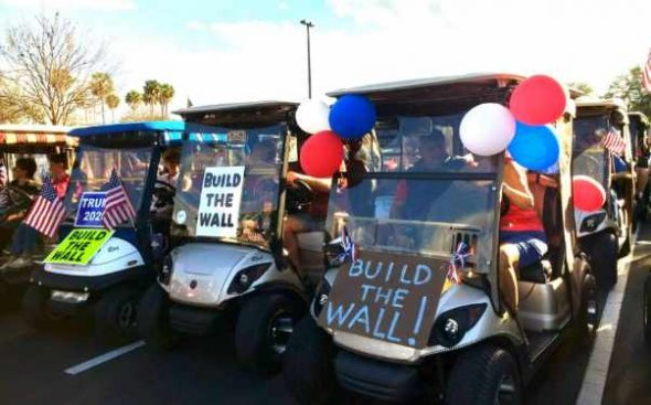 "Rassemblement ""Build the Wall"" à The Villages, Floride, janvier 2019. (Whoisjohngalt, CC BY-SA 4.0, Wikimedia Commons)"